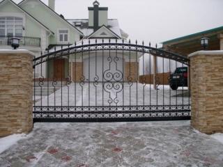 Kalviški gaminiai: vartai, tvoros, laiptai, turėklai, stogeliai, grotos, kryžiai... Įvairių rūšių tvoros ir vartai čia...